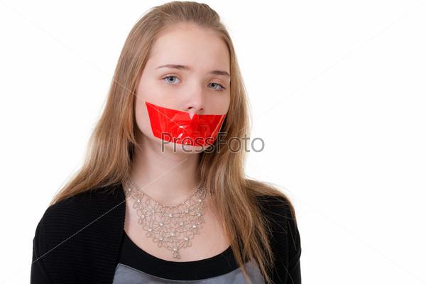 Девушки с заклеенным ртом