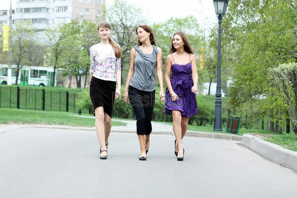 Фото девушек гуляющих в парке — photo 5